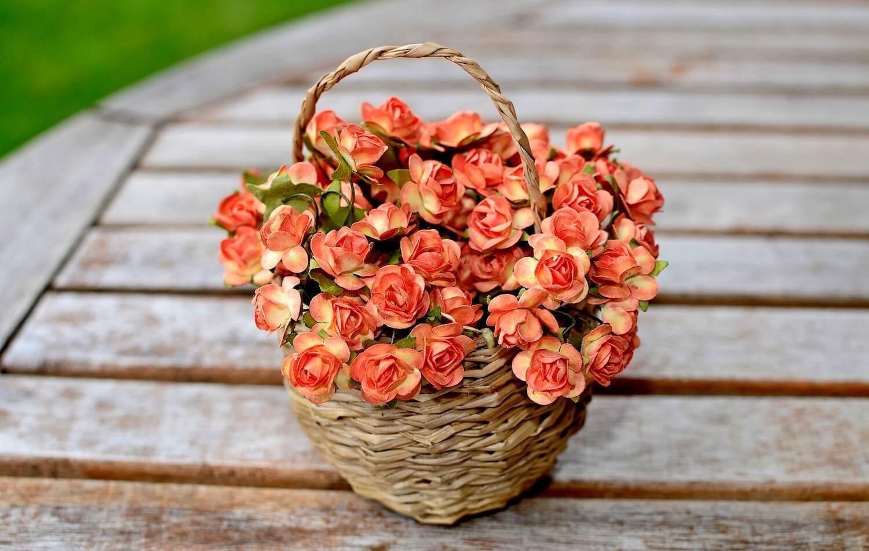 Jak prawidłowo dbać o dekoracje ze sztucznych kwiatów?